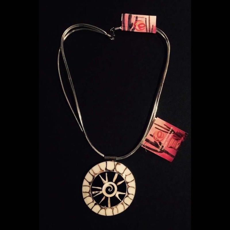 Collar Artesanal De Concha En Metal Con Piel