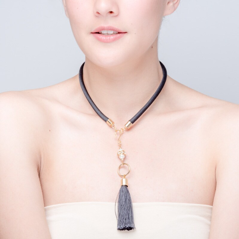 Collar Mota Negra elaborado a mano de forma artesanal, Gabriela Nuñez Diseñadora Mexicana