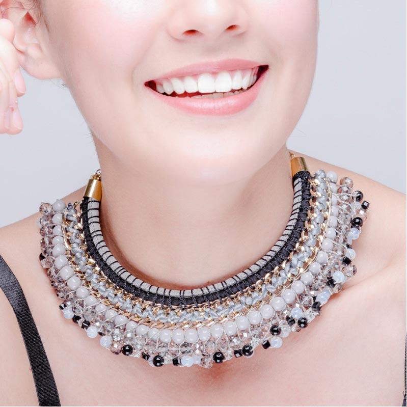 Collar Egipcio Gris, elaborado a mano de forma artesanal, Gabriela Nuñez Diseñadora Mexicana