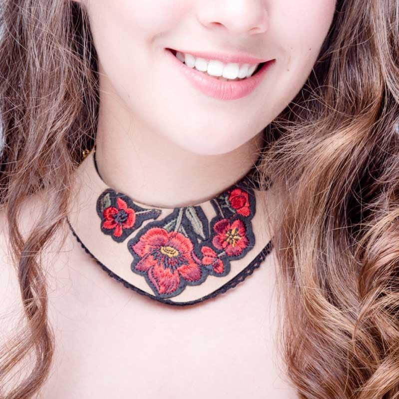 Collar tipo Babero Beige, elaborado a mano de forma artesanal, Gabriela Nuñez Diseñadora Mexicana